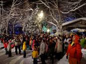 冬の大花火を見る観光客
