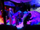 雪で無邪気に遊ぶ子供たち