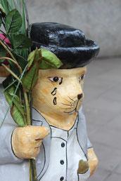 Weinender Bär hält Rosen. Vor dem Eingang der Paula-Fürst-Schule in Charlottenburg.  Foto: Helga Karl