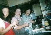 星の家の夕食ボランティアの1コマ。 入居者の夕食作りの手伝いは、大きな助けになります