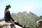 7月の快晴の日に、宮之浦岳から永田岳を眺める(屋久島・宮之浦岳縦走ガイドツアーにて)