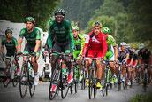 Tour de France 2014. Kevin Reza führt entschlossen das Verfolgerfeld an. Team Europcar in grünen Trikots. Foto: Tobias Bunners