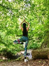Yoga und Atmung  im Wald mit Aquila Camenzind