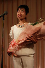 お礼の挨拶をする小田前会長夫人
