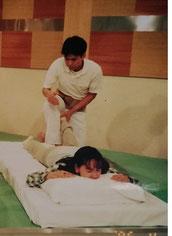 足の技 骨盤調整を施す  まずは坐骨の押上から開始