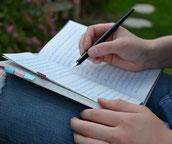 Aufgeschlagenes Notizbuch und Füllfeder