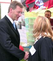 Händedruck von Ministerpräsident Christian Wulff und Helga Karl. Juni 2006. (c) Foto: Helga Karl