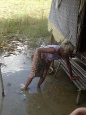 La soeur de Miss Lha Lha Kyi vivant dans la petite hutte.