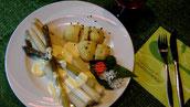Frischer fränkischer Spargel mit Sauce Hollandaise und Salzkartoffeln