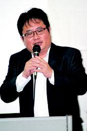 日中関係をテーマに講演する産経新聞外信部次長の矢板氏=14日夜、大浜信泉記念館