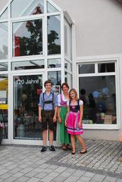 Juniorchefin Birgit Mayer-Lutz mit ihren Kindern Lukas und Veronika am Marktsonntag im September 2013