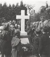 Schüler besuchen das Grab Daniel Schürmanns (Foto 1952)