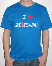 I love Greifswald-Herrenshirt, mittelblau (Edward) mit weißer Schrift und rotem Herz/Turm.