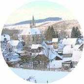 Blick auf Assinghausen im Winter
