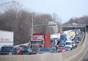 画像;渋滞する高速道路