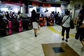 画像:駅の改札、ビジネスマン。