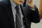 画像;携帯電話で話すビジネスマン
