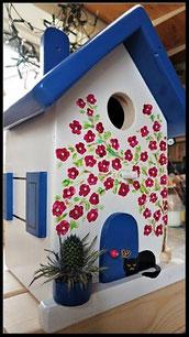 Vogelhuisje blauw-wit gekleurd , Griekse stijl, met slapende kat en bougainville