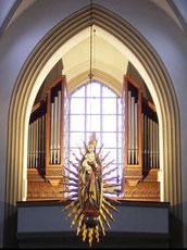 Die Strahlenmadonna - im Hintergrund die Orgel - Foto: HPD