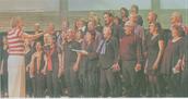 Drei Dozenten leiteten den Gospelworkshop. Hier dirigiert Angelika Rehaag ihre Gruppe beim Abschlusskonzert in der Hückelhovener Aula.  RP-FOTO, JÜRGEN LAASER