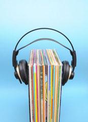 schwarzer Kopfhörer auf CDs, Langspielplatten
