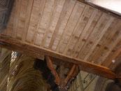 Tribune vue d'en bas complètement refaite, solivage en chêne reparti pour 350 ans