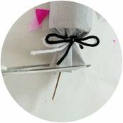 Bild: Knallbonbons selber machen - mit dieser Schritt-für-Schritt Anleitung schöne DIY Knallbonbons basteln, die nicht nur für Silvester eine schöne Deko Idee sind; gefunden auf www.partystories.de