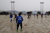 A 雨の中での懸命なプレー