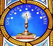 Un cierge et sept étoiles, entourés de l'inscription latine « lux lucet in tenebris » (« une lueur luit dans les ténèbres »), constituent le symbole traditionnel de l'Église évangélique vaudoise. Les Vaudois ont été victimes de Babylone la grande.