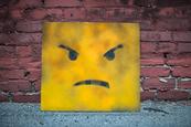 un smiley jaune mécontent , en colère