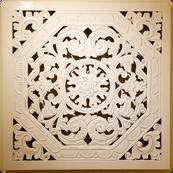 Weiß lackierte Holzschnitzerei im Eingangsbereich der Heilpraxis