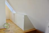 Innenausbau-Einbaumöbel in Dachschräge mit Schiebetüren