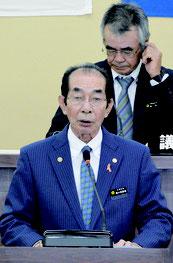 西大舛町長が施政方針演説を行った=3日、竹富町役場議場