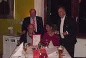 Karl-Heinz Klein (2 v.l.) mit Frau. Uwe Herzberg (1 v.l.) und Reinhard Kuhne (4 v.l.) überreichen die Ehrennadel