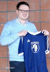 VfL-Teammanager Henning Baumann zeigt das neue Trikot.