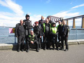 Reisegruppe mit Forth Bridge