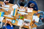Une AMDEC moyen de production est un exercice qui implique une équipe, en rassemblant des expertises représentatives du processus et des intervenants extérieurs au processus.