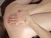 massage du dos avec les 2 mains l'une sur 'autre