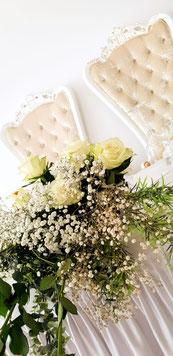Der Brauttisch mit Brautstrauß sieht sehr einladend aus