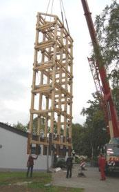 der neue Glockenturm wird aufgerichtet