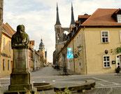 Das Bachdenkmal, im Hintergrund das Rathaus und die Jakobskirche - Köthen hat einiges zu bieten.