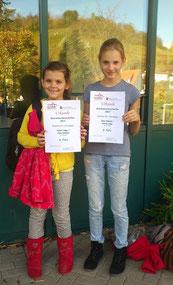 Noemi Nagy und Julia Kümmel präsentieren stolz ihre Urkunden der Bezirksmeisterschaften.