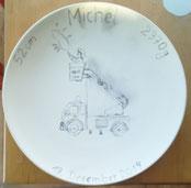Schritt 1: Mit einem Bleistift wird das gewünschte Motiv auf den Keramik-Rohling gezeichnet.