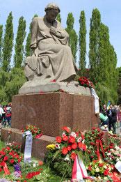 """Denkmal """"Mutter Heimat"""" umgeben von Kränzen und Blumen. Sowjetisches Ehrenmal Treptow am 9.Mai. Foto: Helga Karl"""