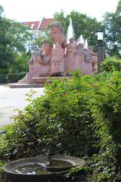 Stierbrunnen mit Fontäne am Arnswalder Platz im Bötzow-Kiez Prenzlauer Berg. Foto: Helga Karl