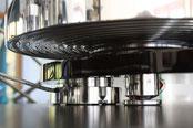 gut zu sehen die Anti-Resonanz Rillen der Tellerunterseite, der versteckte Motor und das Tellerlager