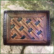 Geldbeutel mit geometrischer Punzierung in Brauntönen, an der Aussenkante Handnaht im Sattlerstich