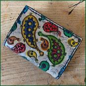 Kleiner Ledergeldbeutel mit punzierten, bunten Paisleys
