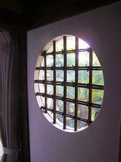 洗面室 窓格子は煤竹