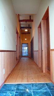玄関 床石張り 廊下床杉板厚30